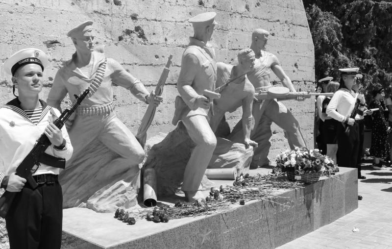 В Севастополе открыт памятник «Шагнувшим в бессмертие»