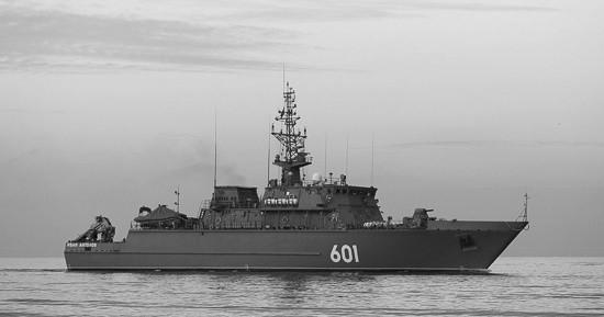 Корабль противоминной обороны «Иван Антонов» проходит черноморские проливы