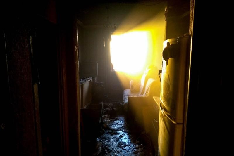 В Севастополе сотрудники МЧС вынесли из огня мужчину