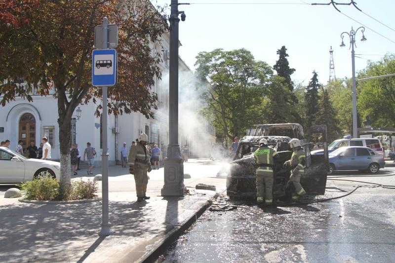 В центре Севастополя загорелась «Газель»