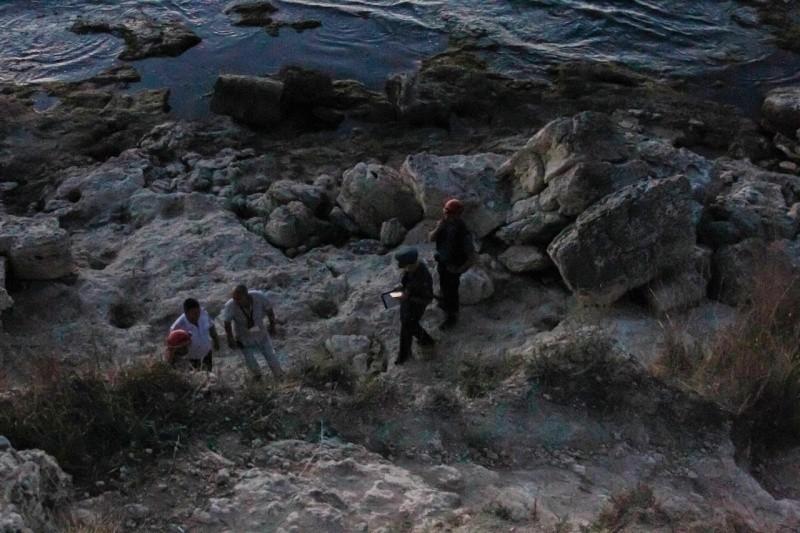В Севастополе со скалы сорвались мужчина и его внук