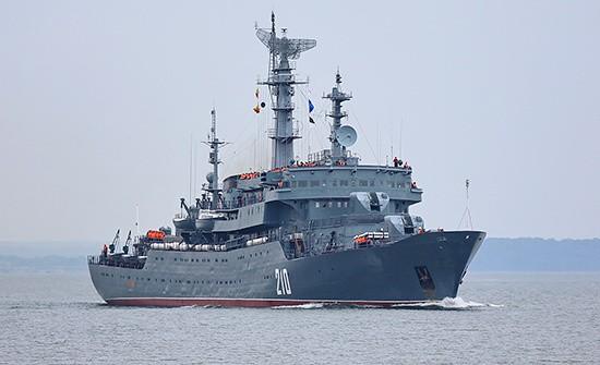 Учебный корабль «Смольный» проходит черноморские проливы