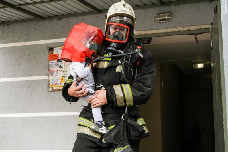 Людей на пожаре в Севастополе эвакуировали с помощью спасательных устройств