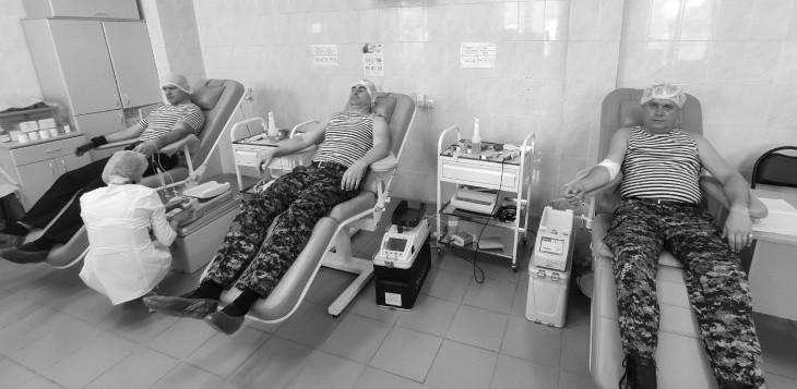 В Севастополе росгвардейцы сдали донорскую кровь