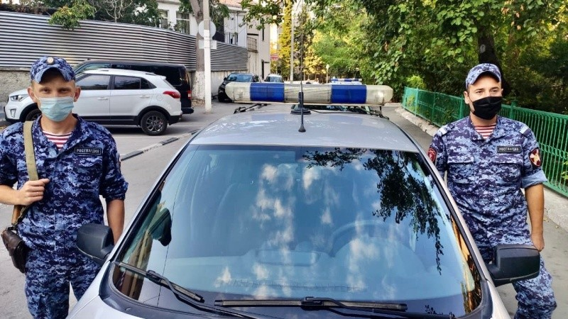 В Севастополе росгвардейцы оказали помощь водителю загоревшегося грузовика