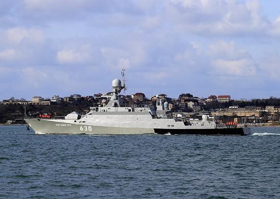 Малый ракетный корабль «Ингушетия» проходит проливы Босфор и Дарданеллы