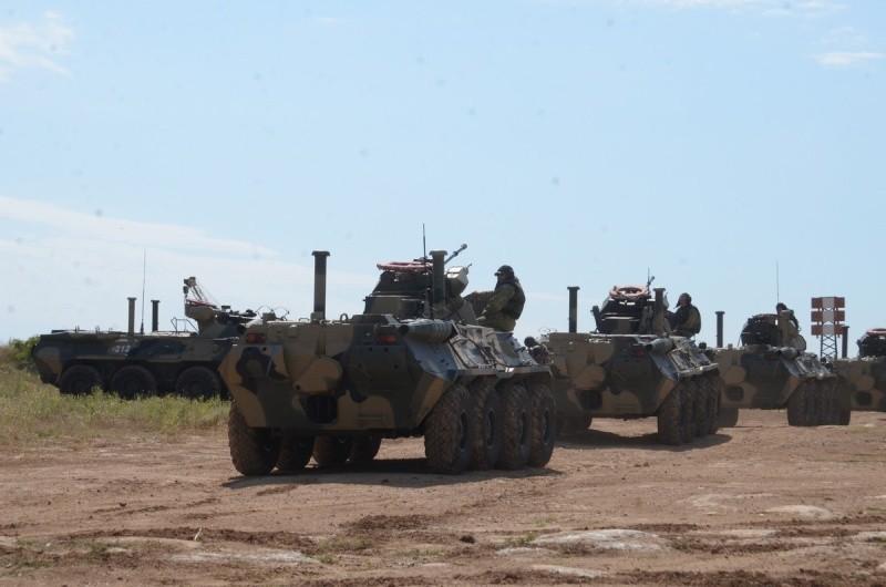 В Севастополе морские пехотинцы отрабатывают вождение бронетранспортёров