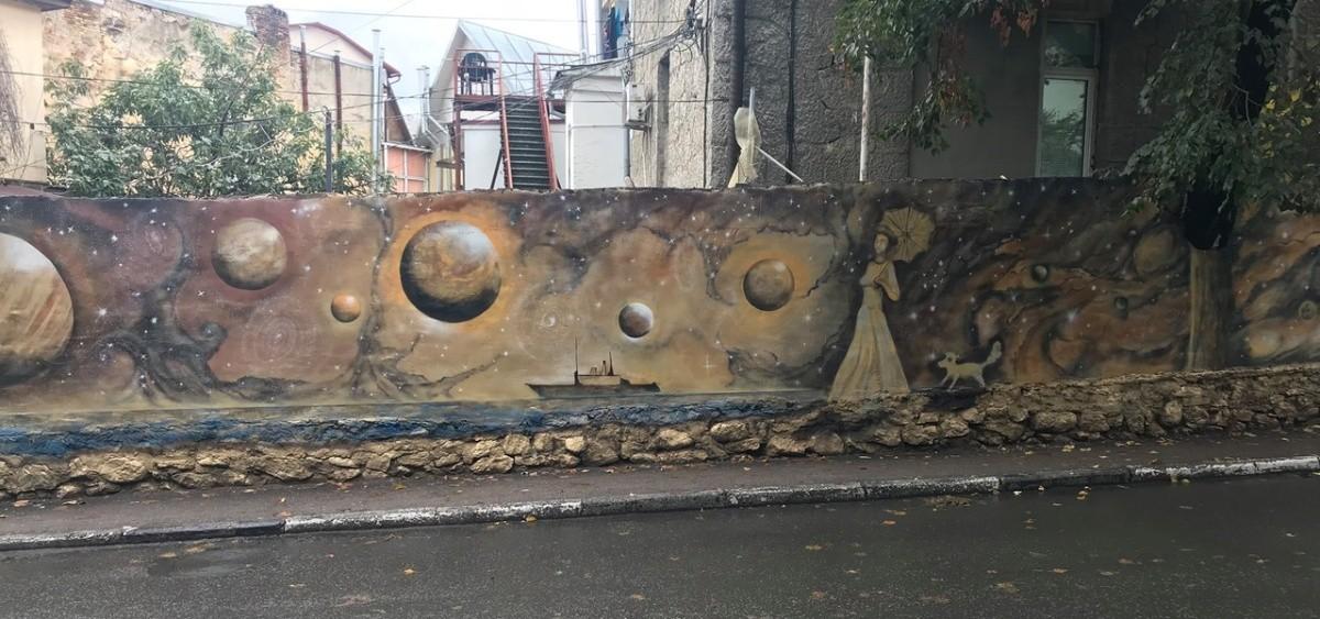Стена с необычным граффити украсила улицу Ялты