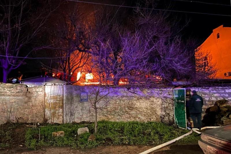 В Ленинском районе Севастополя произошел пожар в частном доме