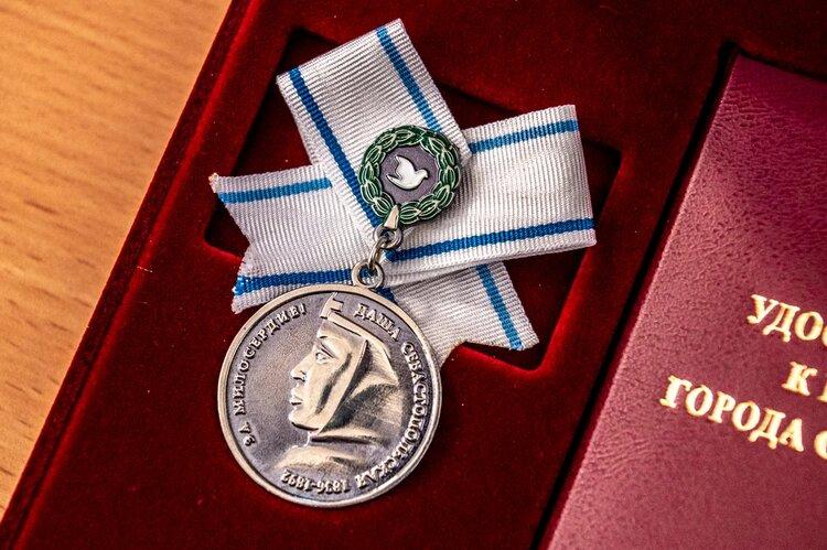 С медалью имени Даши Севастопольской будет вручаться денежная премия