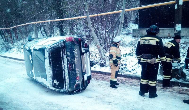 На дороге в Севастополе перевернулся автомобиль