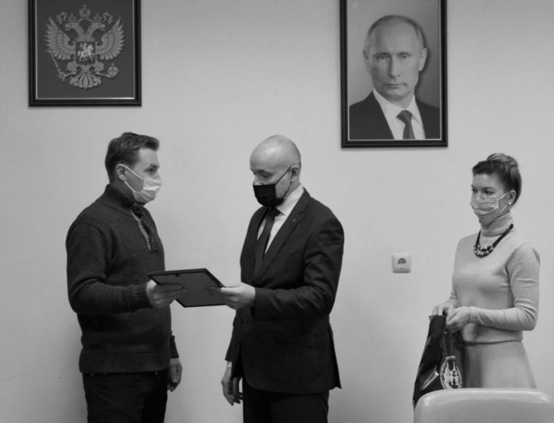 Севастопольца наградили за спасение двух детей