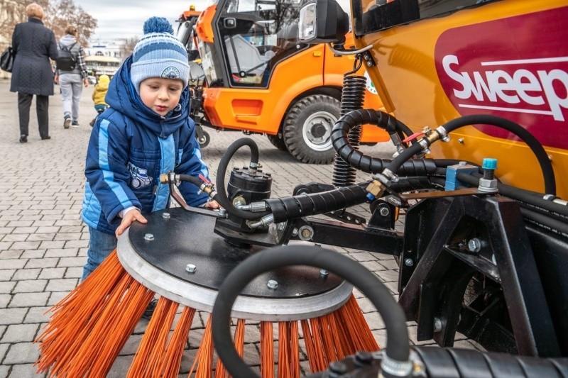 В Севастополе презентовали новую коммунальную технику