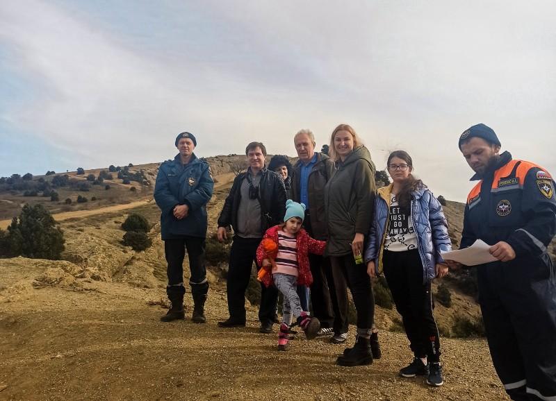 Спасатели МЧС инструктируют туристов на Большой Севастопольской тропе