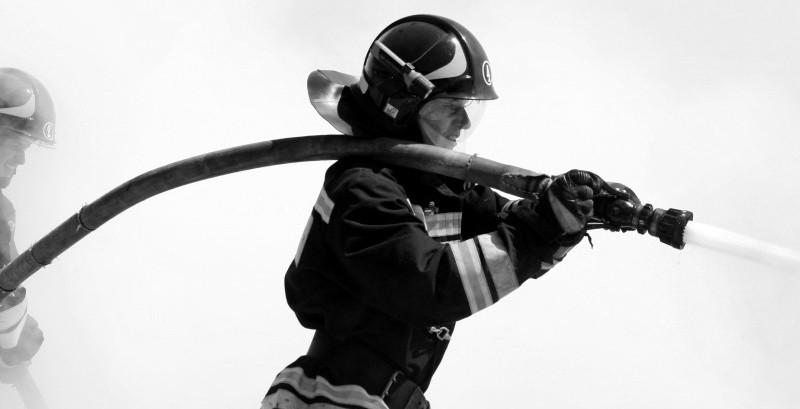 Огнеборцы спасли двух человек на пожаре в Севастополе