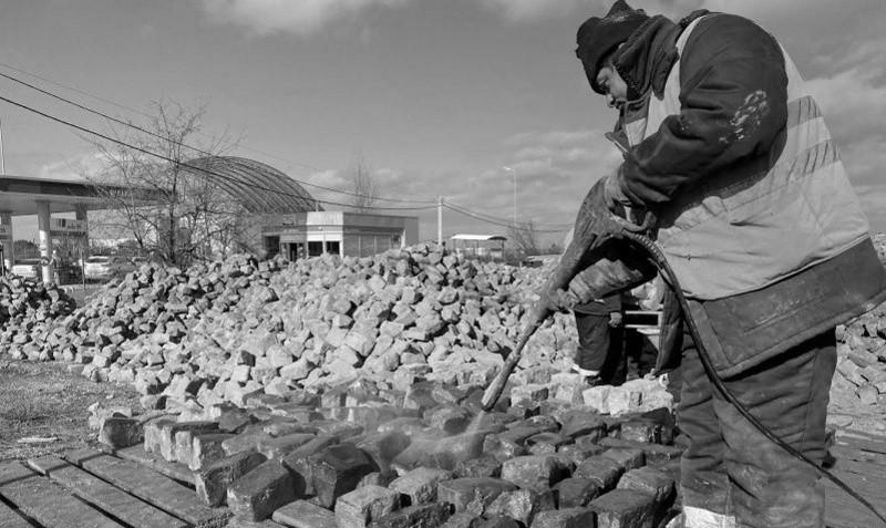 В Севастополе началась очистка демонтированной с улицы Суворова брусчатки