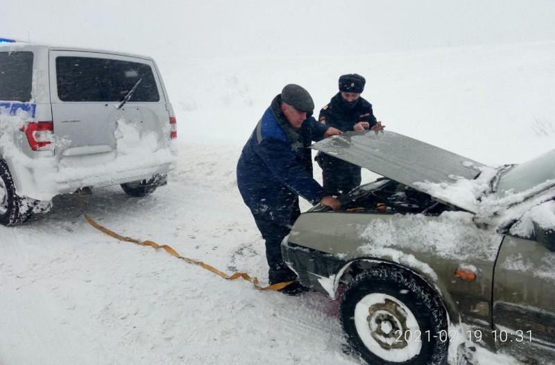 Крымские полицейские помогают автолюбителям, попавшим в снежный плен