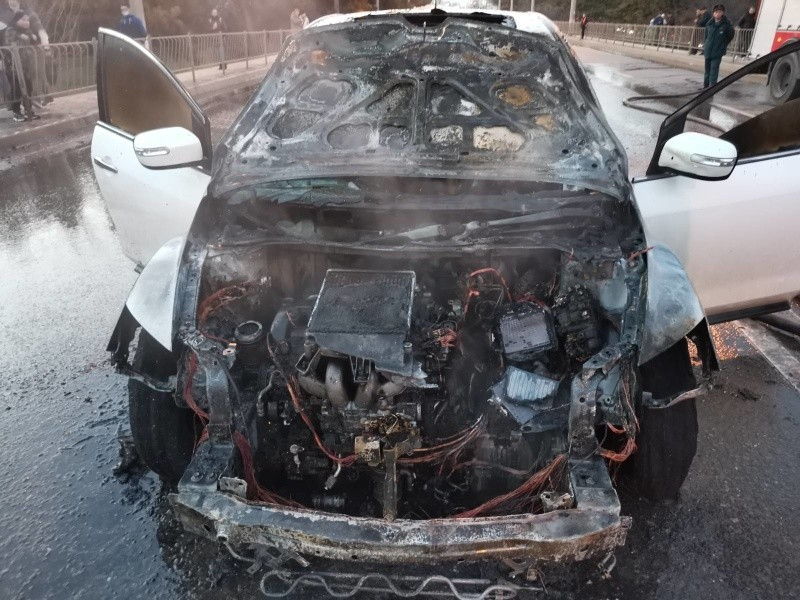 В Ленинском районе Севастополя загорелся автомобиль