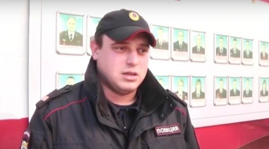 В Крыму полицейский вывел из горящего дома женщину и ее внука