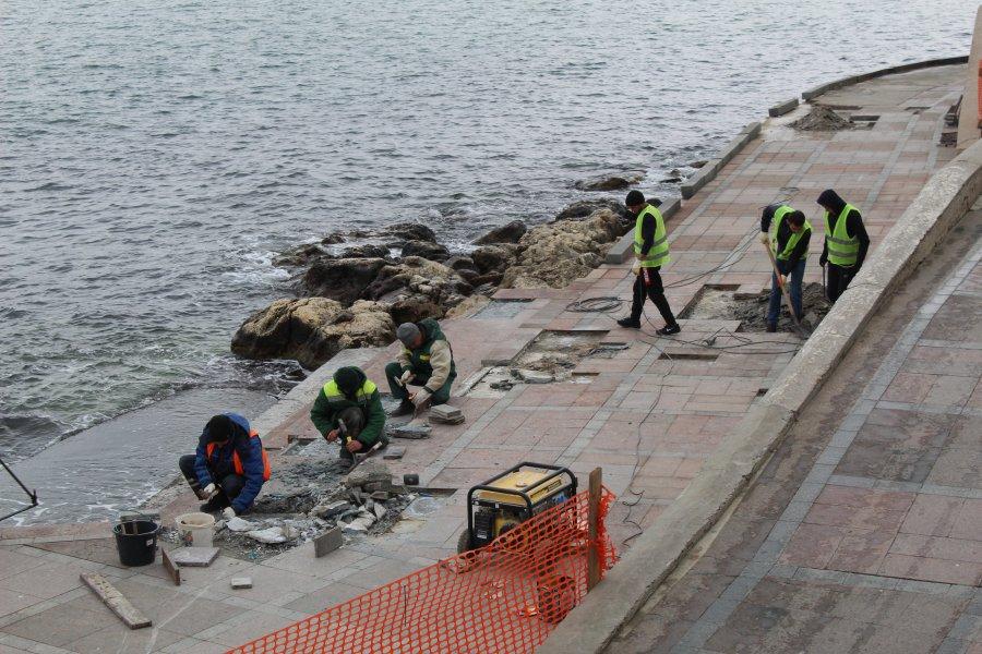 На набережной Корнилова в Севастополе восстанавливают плиточное покрытие