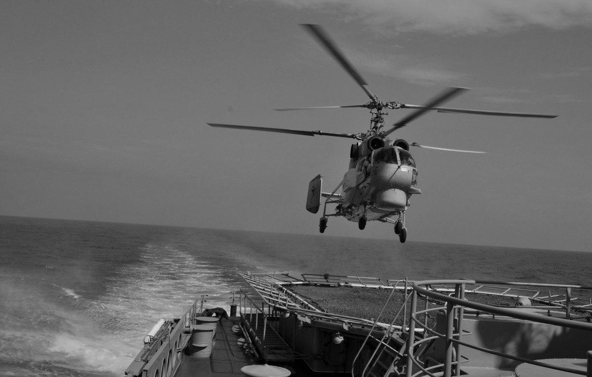 Экипажи вертолётов морской авиации ЧФ отработали взлёты и посадки на корабль