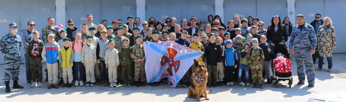 В Севастополе полицейские-кинологи провели экскурсию для юных рукопашников