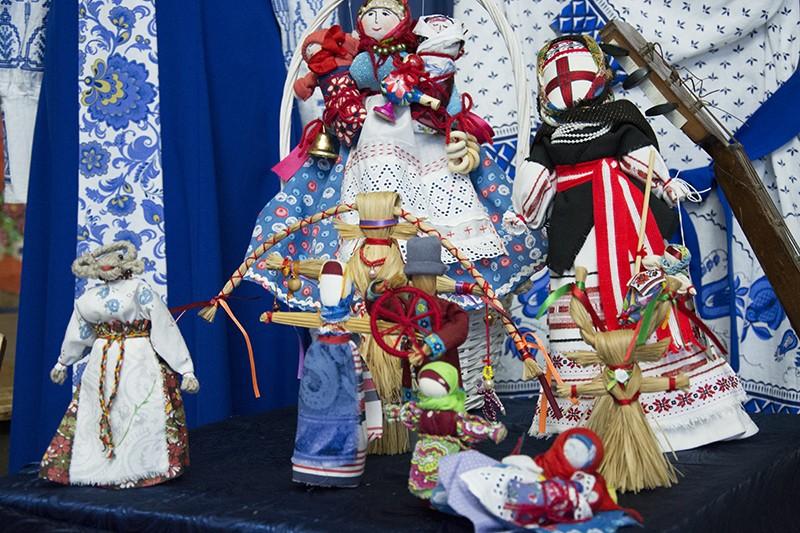 В ДКР открылась выставка народных промыслов и костюмов