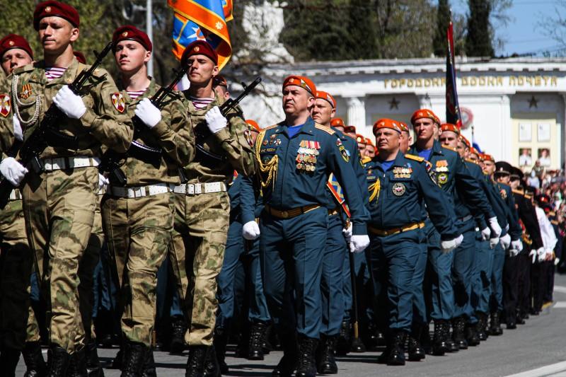Спасатели МЧС традиционно приняли участие в параде Победы в Севастополе