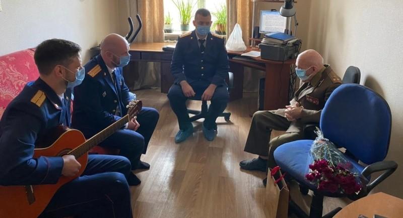 Офицеры СК России поздравили творческим номером ветерана из Севастополя