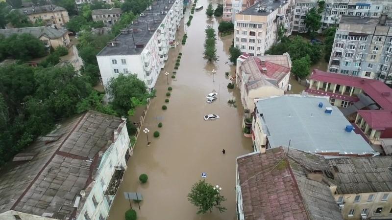 Военнослужащие помогают жителям Керчи преодолеть последствия непогоды