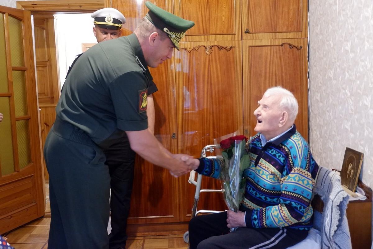 Командир армейского корпуса ЧФ навестил 109-летнего ветерана
