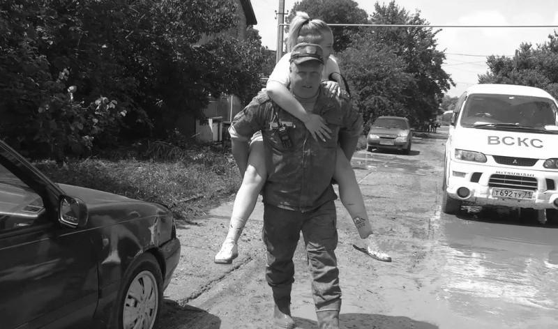 Военнослужащие армейского корпуса ЧФ продолжают оказывать помощь жителям города Керчь