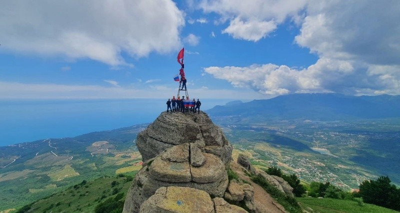 В День России триколор развевается на вершине горы Демерджи в Крыму