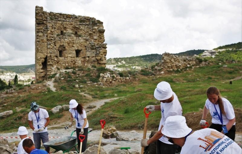 Волонтеры и студенты из Екатеринбурга помогают в раскопках крепости Каламита