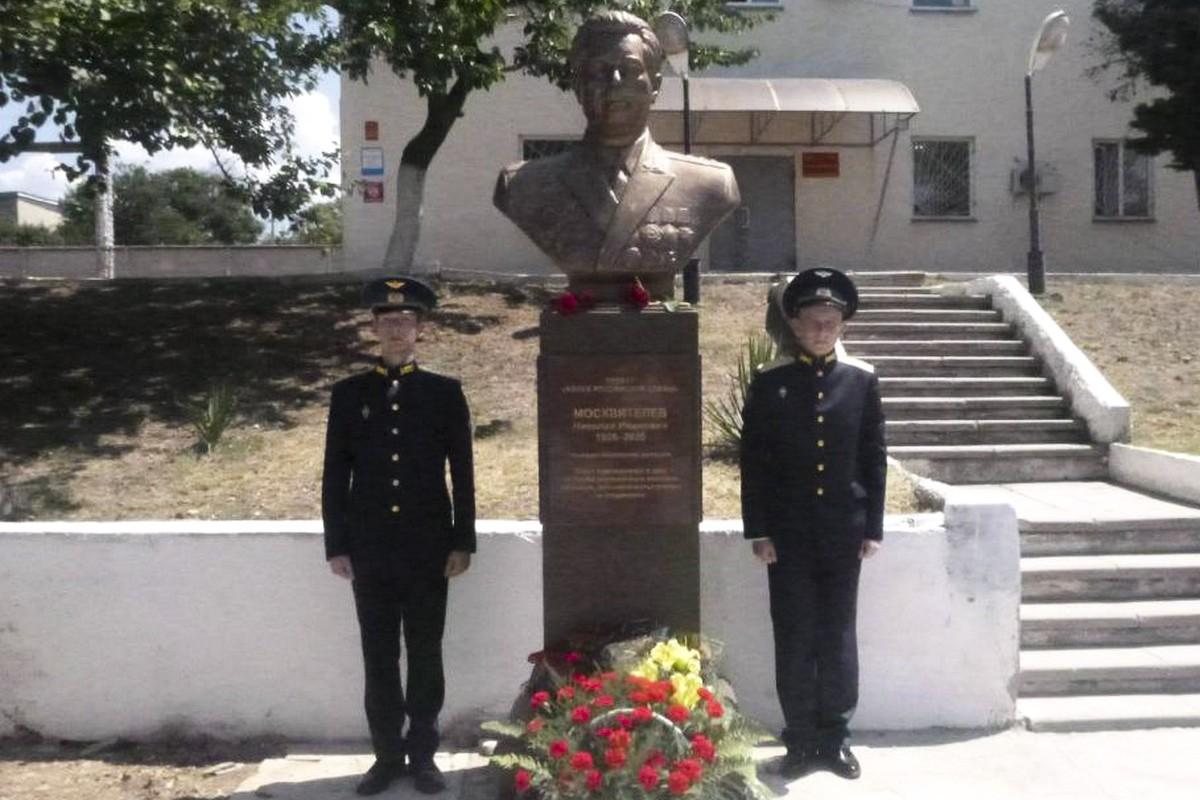 На аэродроме Бельбек открыли памятник Николаю Ивановичу Москвителеву