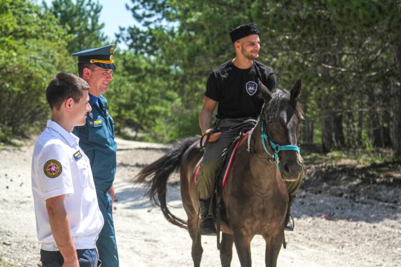 Сотрудники МЧС и казаки проводят патрулирование горно-лесистой местности в Севастополе