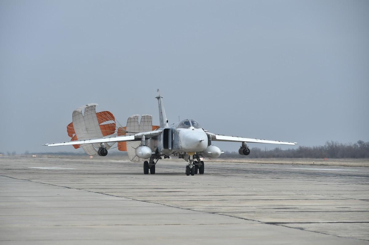 В Крыму экипажи Су-24 и Су-35 отработали нанесение бомбовых и ракетных ударов