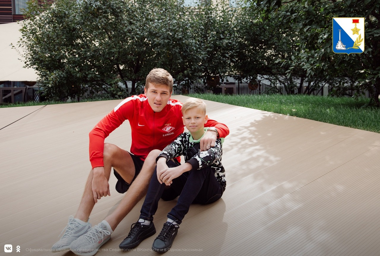 Юный житель Севастополя встретился с футболистами московского «Спартака»