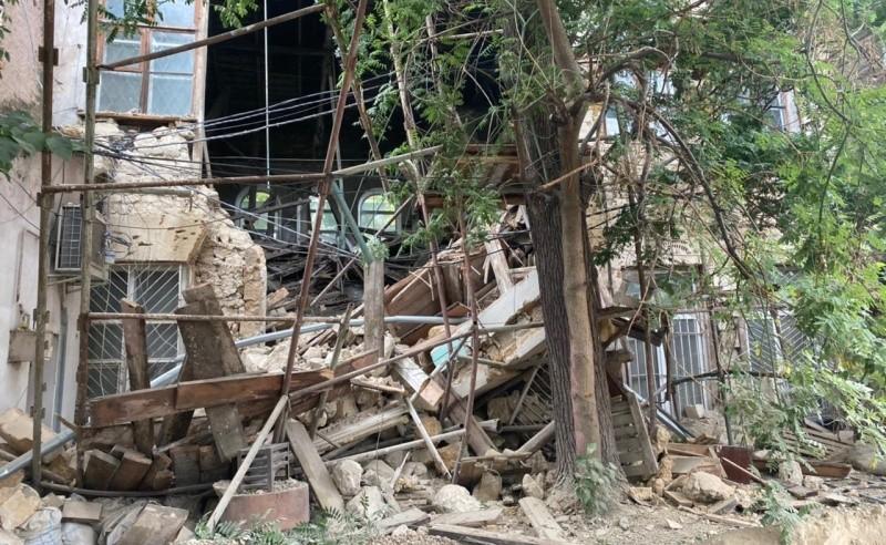 На месте обрушения здания в центре Симферополя работает следственная группа