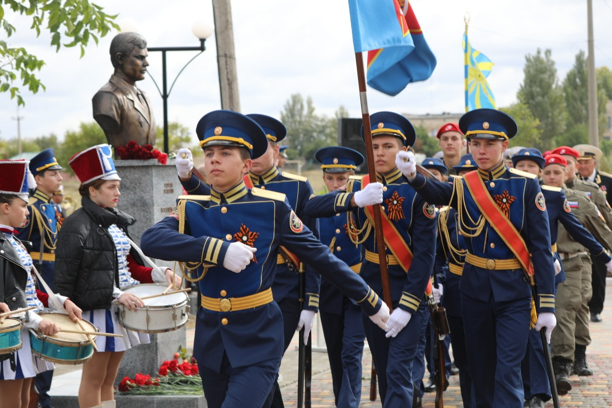 В Крыму торжественно открыли памятник Герою России капитану Сергею Косачеву