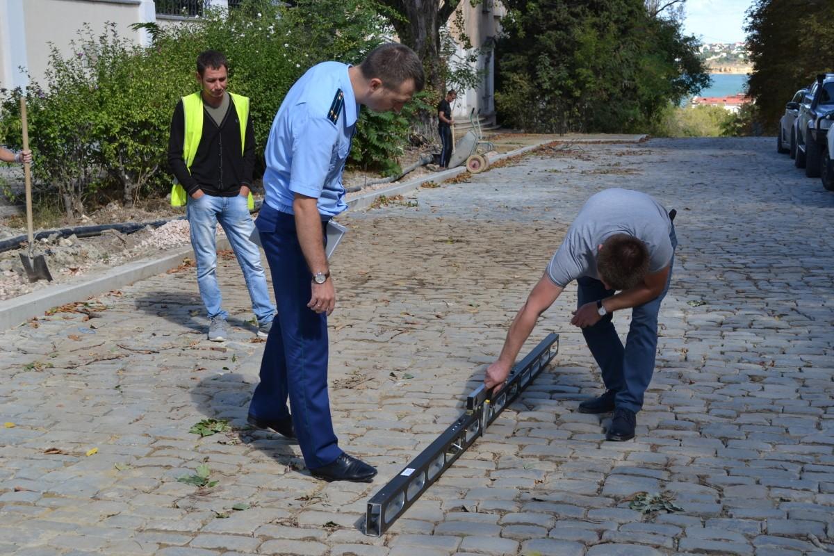 Прокуратура Севастополя проводит проверку работ по укладке брусчатки на улице Суворова