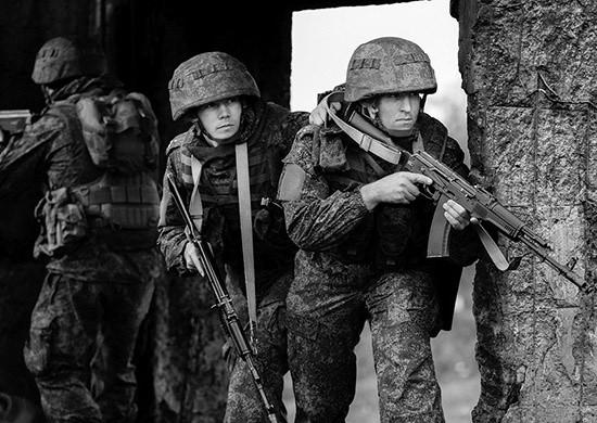 Военнослужащие армейского корпуса ЧФ проводят учения на незнакомом полигоне