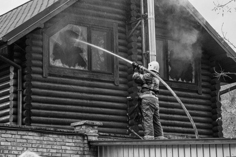 В Севастополе загорелся двухэтажный деревянный дом
