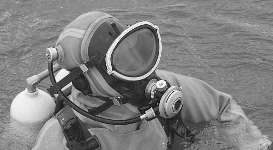 Курсанты-водолазы выполняют спуски в акватории Черного моря
